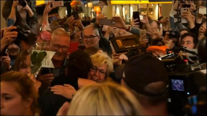 Duncan onthaald door honderden fans en journalisten