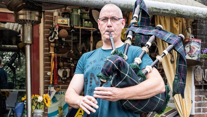 Arnout Rinkes blaast een deuntje op zijn 'bagpipe'. Dit keer in zijn gewoon kloffie. Normaliter speelt hij in de traditioneel 'battle dress'.
