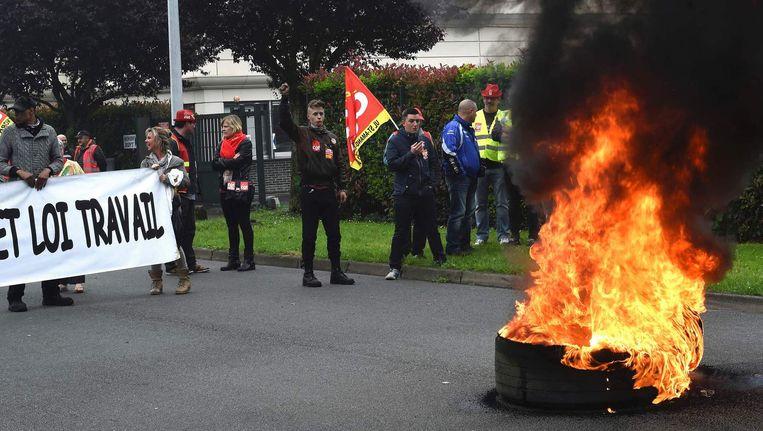 Vakbondleden van de CGT hebben autobanden in brand gestoken Beeld AFP