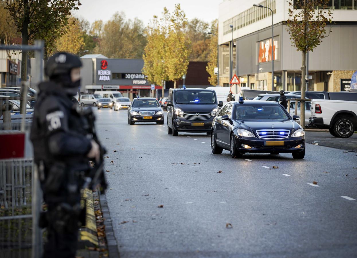 Een beveiligde auto komt aan bij de bunker, de extra beveiligde rechtbank in Amsterdam Osdorp voor het Marengo-proces.