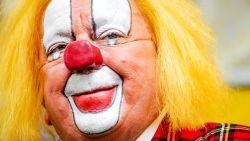 Allememaggies! Clown Bassie (82) bergt rode clownsneus op
