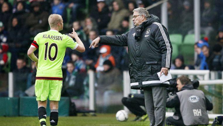 Hennie Spijkerman geeft Davy Klaassen een aanwijzing tegen Groningen. Beeld Stanley Gontha