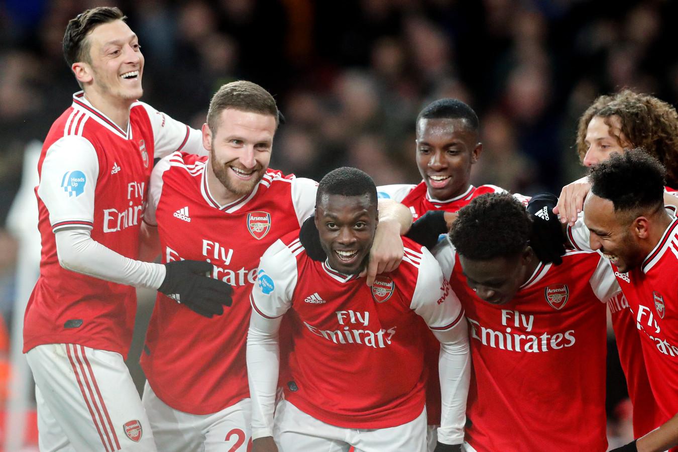 De spelers van Arsenal vieren de 2-0 van Pepe.