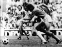 Nog een keer Hans-Georg Schwarzenbeck (4) en René van de Kerkhof tijdens de WK-finale in 1974.