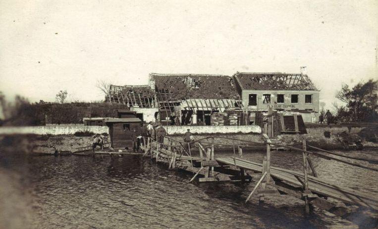 Tervate anno 1919. Over deze pas herstelde brug, haastten de renners zich naar het volgende controlepunt.