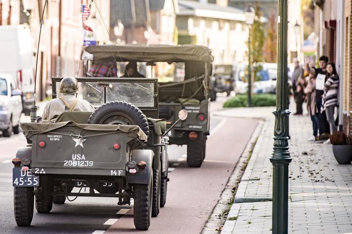 Mlitaire voertuigen rijden in en om Zevenbergschen Hoek tijdens de Bevrijdingsfeesten, waarmee 75 jaar bevrijding wordt gevierd.