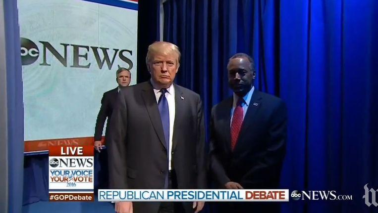 De kandidaten komen elkaar tegen in de coulissen. Beeld null