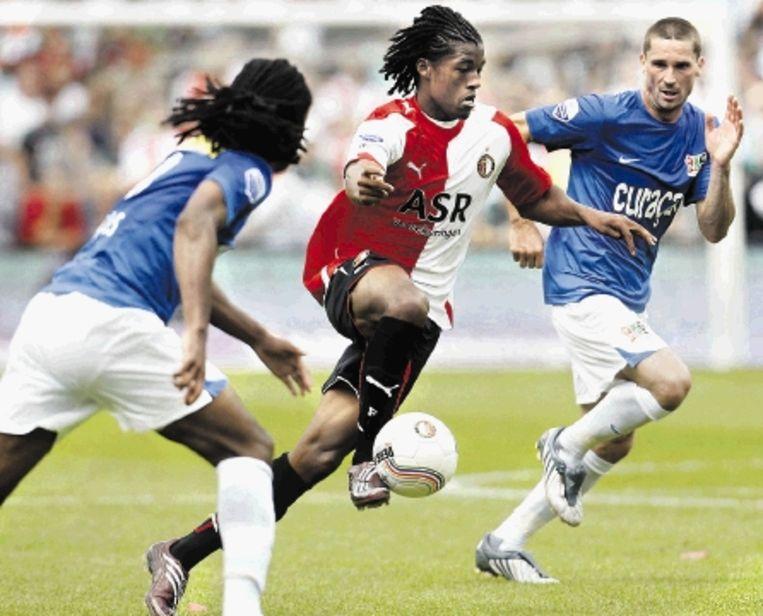 Feyenoorder Wijnaldum controleert de bal en zoekt zich een weg tussen de NEC-spelers Davids (links) en Radomski. ( FOTO ROBIN VAN LONKHUIJSEN, ANP) Beeld