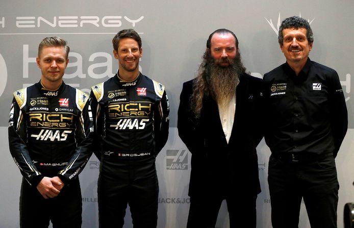 Van links naar rechts: Kevin Magnussen, Romain Grosjean, de gestopte sponsor William Storey en Haas-teambaas Guenther Steiner.
