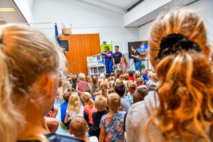 Lees-/mediaconsulent Nelleke van Eekert showt de nieuwe leeskasten aan de kinderen van de groepen 3 en 4 van Kindcentrum Eersel.