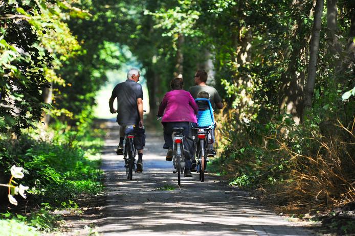 Het fietspad bij Dishoek is nu nogal smal. Waterschap Scheldestromen gaat het verbreden.