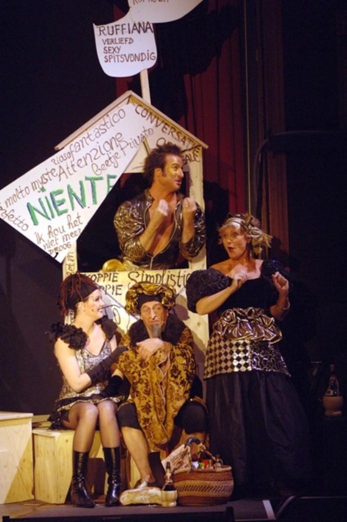Een foto uit Villa Johanna van 2006. Hier het viertal dat in de stijl commedia d'ell arte speelt. In het midden Frank Zonneveld, de enige speler die dit jaar dezelfde rol vertolkt.