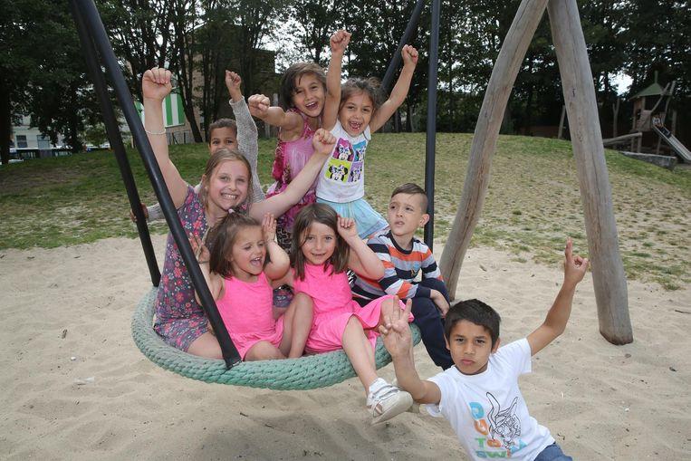 De kinderen zijn duidelijk blij met het vernieuwde park.