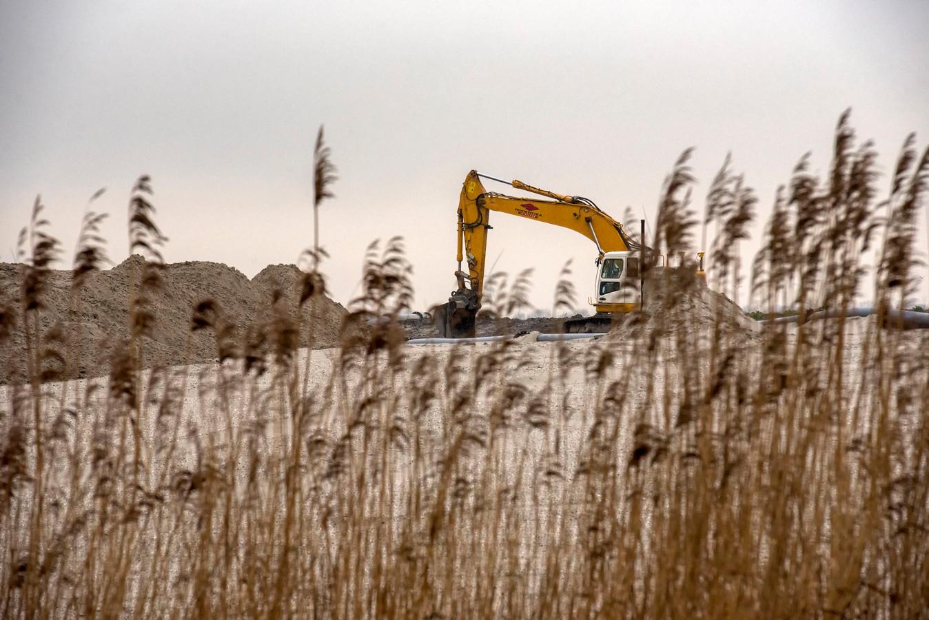 Werkzaamheden voor de aanleg van het nieuwe Havenkwartier, langs de Zeewolderdijk.