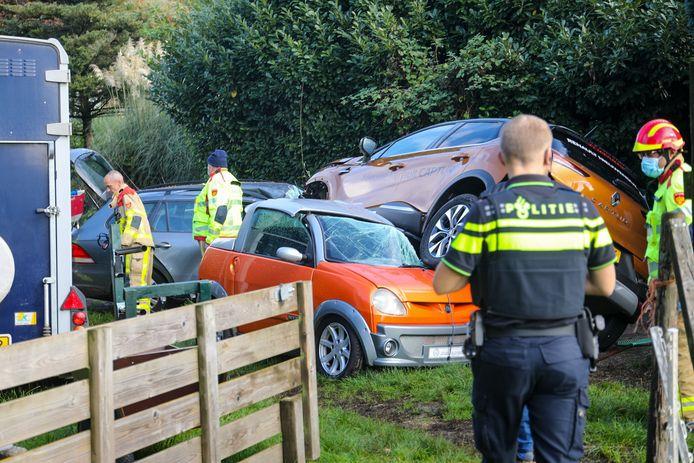 De betrokken auto's liepen flinke schade op.