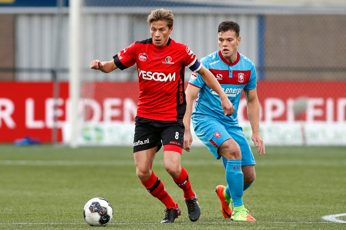 Tibeau Swinnen snelt voorbij Tom Boere van FC Twente.