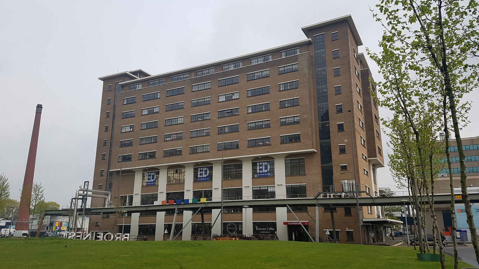Het Glasgebouw op Strijp-S in Eindhoven. De ED-redactie zit op de tweede verdieping.