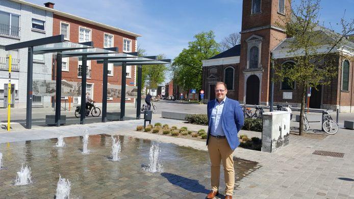 Burgemeester Tom De Vries (Open Vld) in het centrum van Niel.