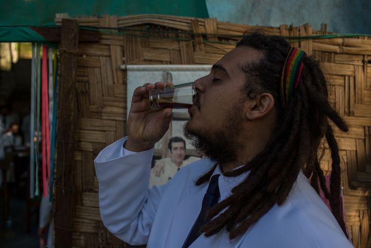 Rasta kerkganger drinkt ayahuasca. Beeld FLAVIO FORNER