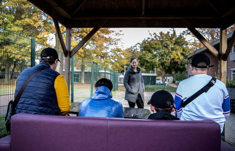 Bijzonder Jeugdwerk in Deurne, manager Babette Aboni praat met jongeren. Beeld Koen Verheijden