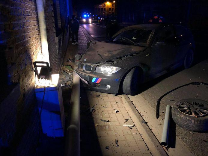De bestuurder reed onder invloed tegen een verlichtingspaal en gevel van een woning.