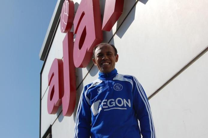 Simon Tahamata neemt binnenkort afscheid van 'zijn' Ajax. De in Tiel geboren trainer en oud-voetballer gaat zich in Saoudi-Arabië bekommeren over de technieck van jeugdige talenten.