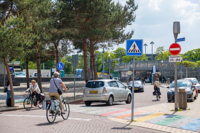 Het stukje eenrichtingsverkeer dat op het Stationsplein is ingevoerd, blijft wel in stand. Overigens houdt ook daar niet iedereen zich aan.