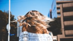 Zo krijg je de mooiste beach waves: tips per haartype