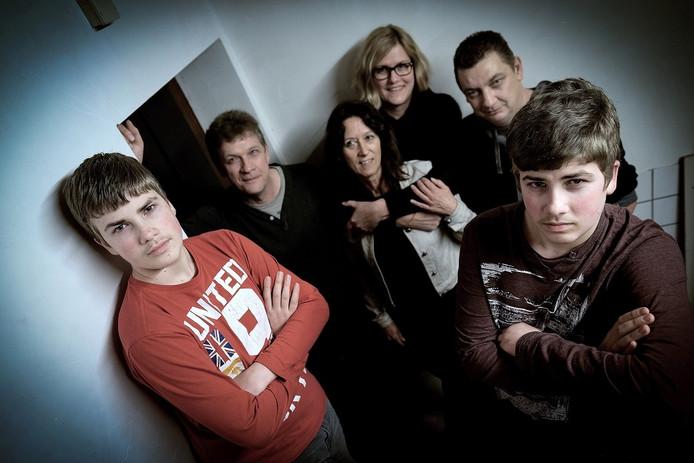 Crescent Moon uit Babberich: Tim, Frank, Eric en Bas Peters (van links naar rechts), in het midden backing vocals Thea Leenders (links) en Mirjam van Vuuren. Gitarist Chico Dommeck ontbreekt op de foto.