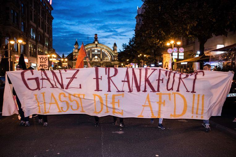 Demonstranten protesteerden gisteren in Frankfurt tegen de AfD. 'Heel Frankfurt haat de AfD' staat op het spandoek. Beeld AP
