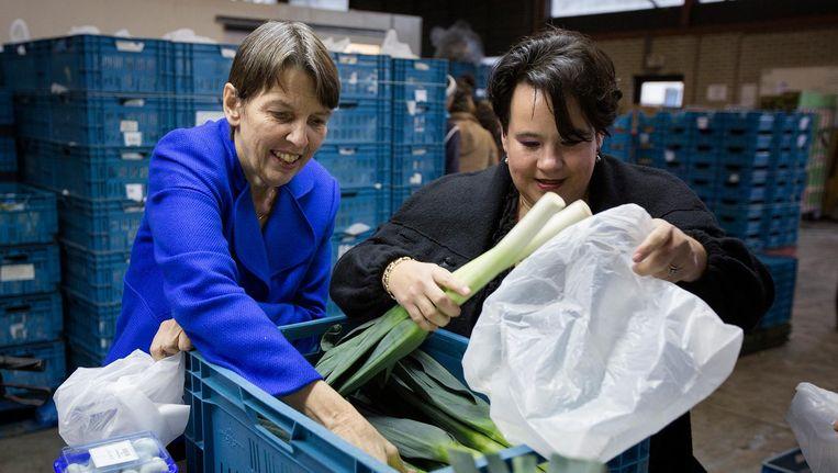 Staatsecretaris Jetta Klijnsma (Sociale Zaken), verantwoordelijk voor de armoedebestrijding, tijdens een bezoek aan een voedselbank, samen met haar collega van Economische Zaken, Sharon Dijksma. Beeld anp