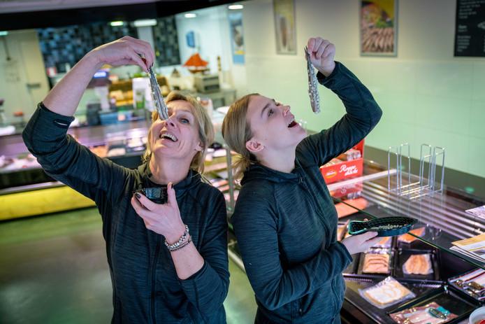 Jolanda Joosten en dochter Isa van viswinkel 't Vishuiss in Huissen.