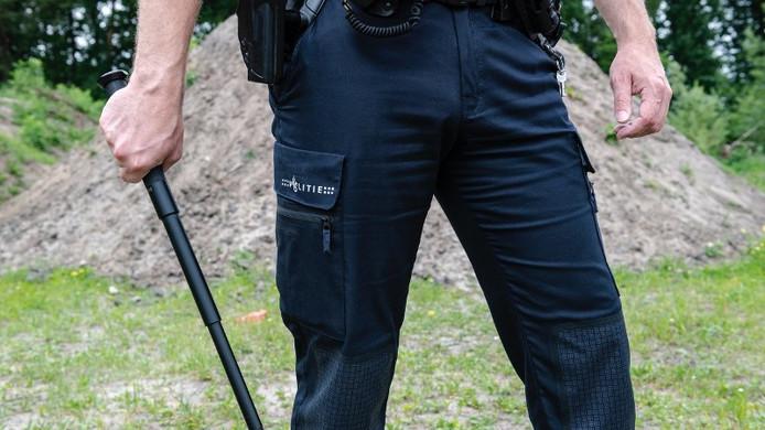 De nieuwe, uitschuifbare wapenstok van de politie.