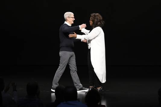 Oprah en Cook, omhelsend.