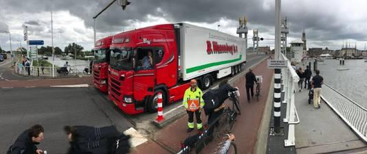 Ook zijn er vrachtwagens ingezet als bescherming.