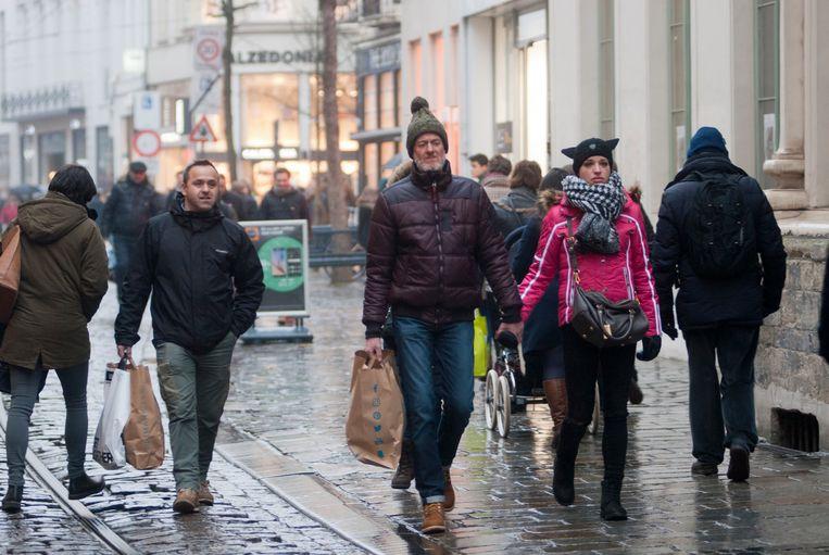 Toch aardig wat volk in de Veldstraat ondanks het gure weer.