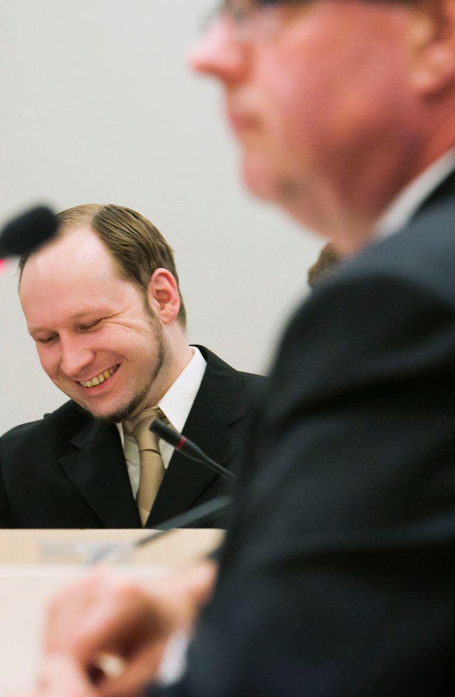 Anders Breivik lacht wanneer psychiater Terje Tørrissen in 2012 een verklaring aflegt in zijn rechtszaak. Beeld REUTERS