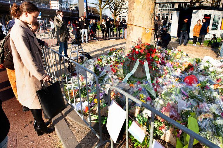 Mensen bij de herdenkingsplek waar drie inzittenden van de sneltram maandag zijn doodgeschoten Beeld Maarten Hartman.