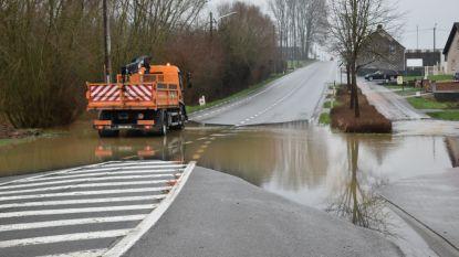 Wateroverlast. N8 in Ophasselt in beide richtingen afgesloten