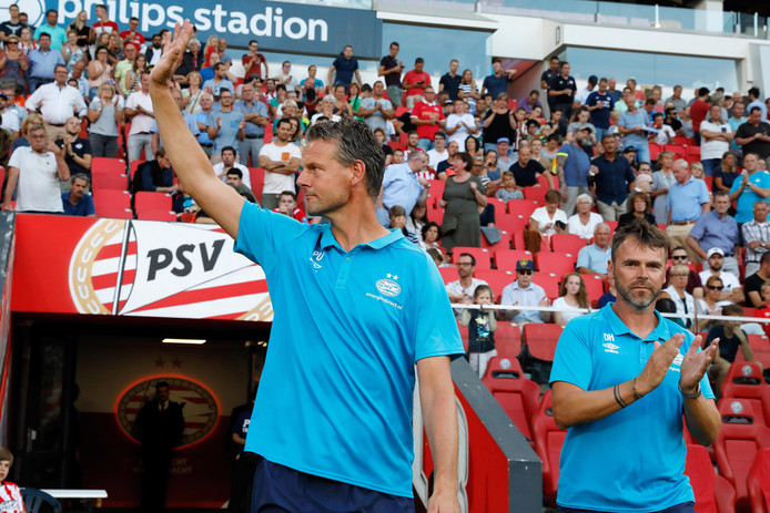 Peter Uneken, met rechts naast hem vertrekkend coach Dennis Haar