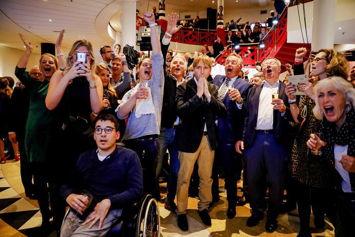 Eric de Bie, te midden van de juichende mensen.