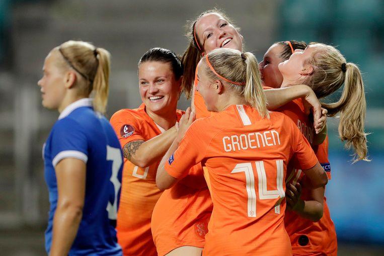 Ellen Jansen viert een doelpunt met Jackie Groenen. Beeld BSR Agency