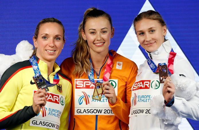 Nadine Visser op het podium na haar gouden race op de 60 meter horden.