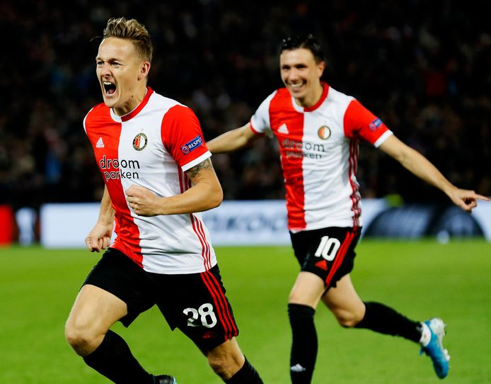 Jens Toornstra viert zijn goal, Steven Berghuis viert het met hem mee.