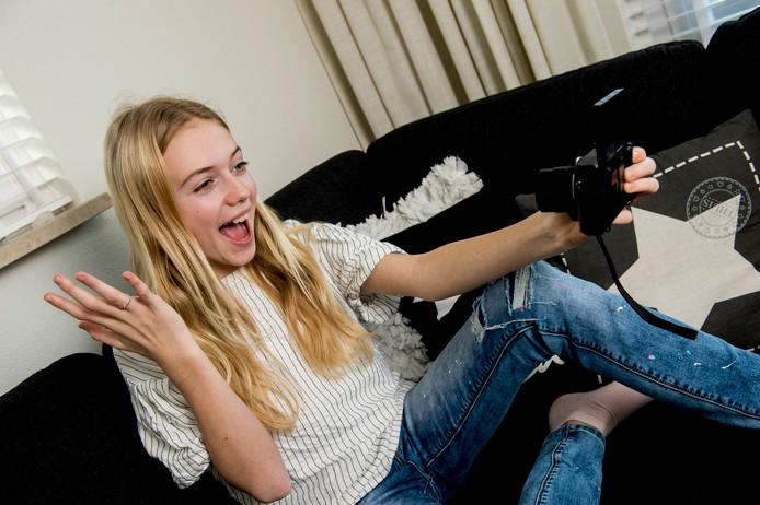 Nina neemt een filmpje op voor haar 1,2 miljoen fans. ,,Veel van hen komen uit Nederland en België, maar ook uit China en andere landen.''