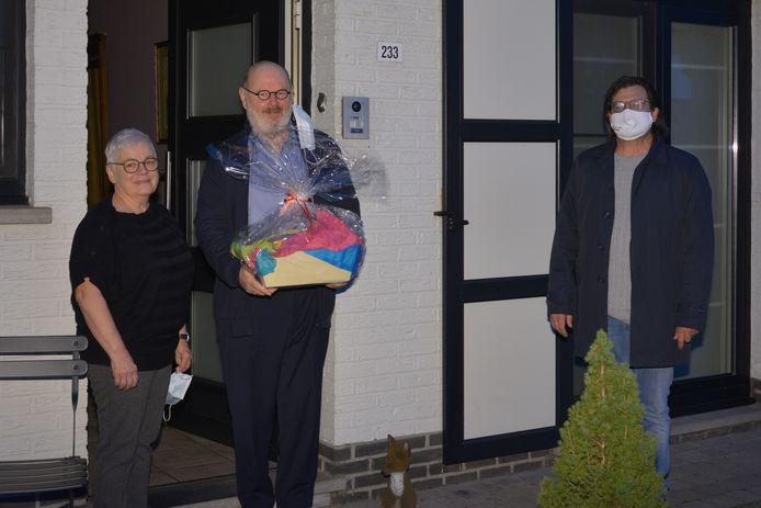 Willebroek deelt feestelijke ontbijtmanden uit aan de huwelijksjubilarissen. Burgemeester Bevers overhandigt de mand aan mijnheer en mevrouw De Vos–De Ron. Zij vieren dit jaar hun vijftigste huwelijksverjaardag.