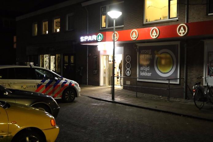 Een man heeft zaterdagavond vlak voor sluitingstijd een gewapende overval gepleegd op de Spar Supermarkt in Nijkerkerveen.