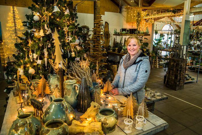 Eerder dan andere jaren baadt Groencentrum 't Niej'nhoes nu al in kerstsfeer. Mede-eigenaresse Daniëlle klein Rot heeft een corona-uurtje ingevoerd voor wie de drukte wil vermijden.