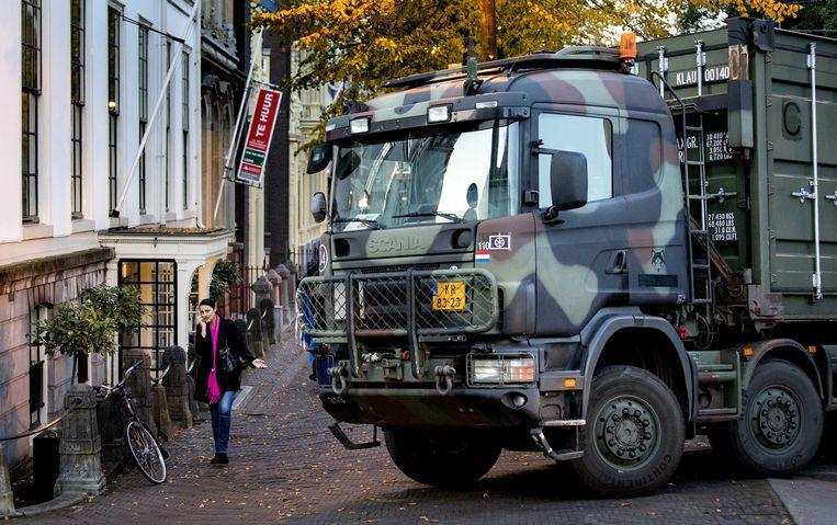 Met zware voertuigen en containers helpt het Nederlandse leger de gemeente Den Haag met het afzetten van wegen, als een van de maatregelen tegen het boerenprotest.