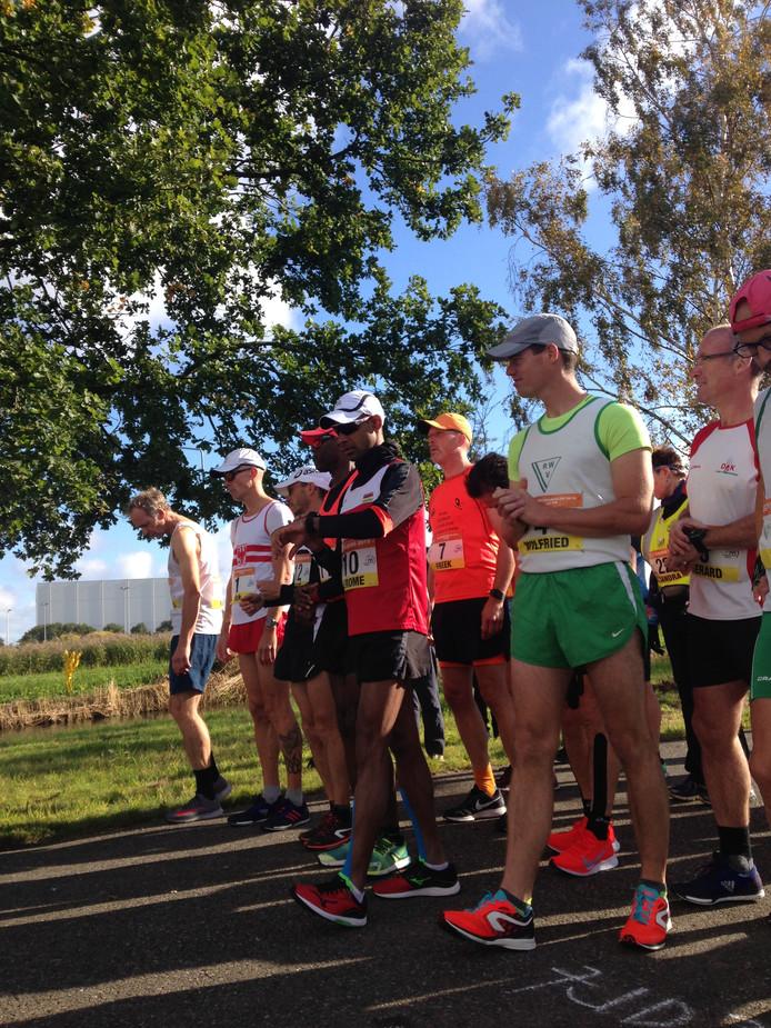Rick Liesting (tweede van links) en Wilfried van Bremen (geheel rechts) aan de start van de 50 kilometer.